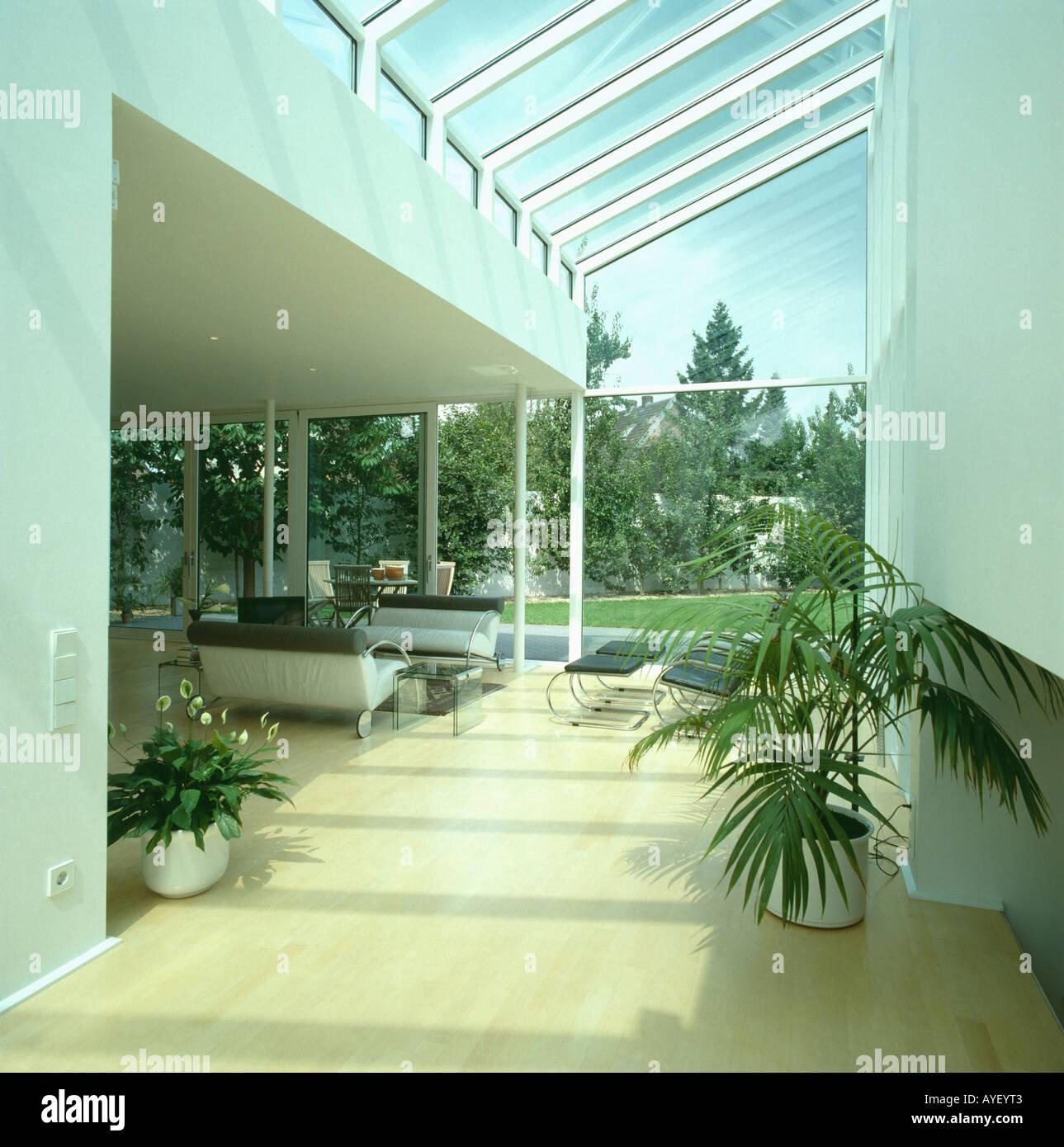 Extension avec toiture en verre avec parquet dans la salle de bain ...