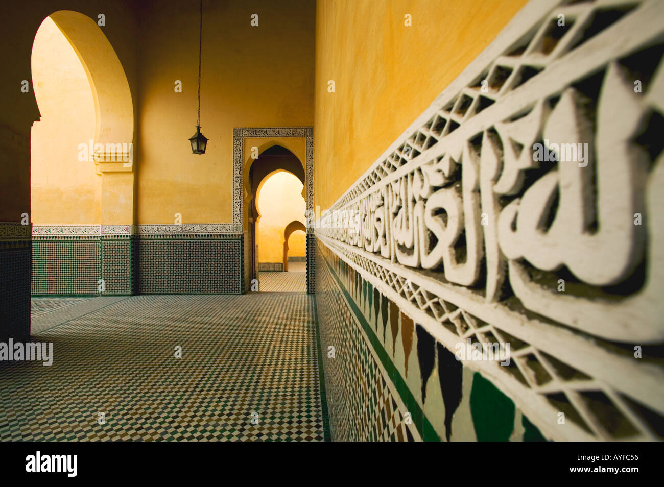 Citations coraniques des antiquités de carreaux sur les murs autour de l'intérieur du mausolée de Moulay Ismail, dans la ville de Meknes Maroc Banque D'Images