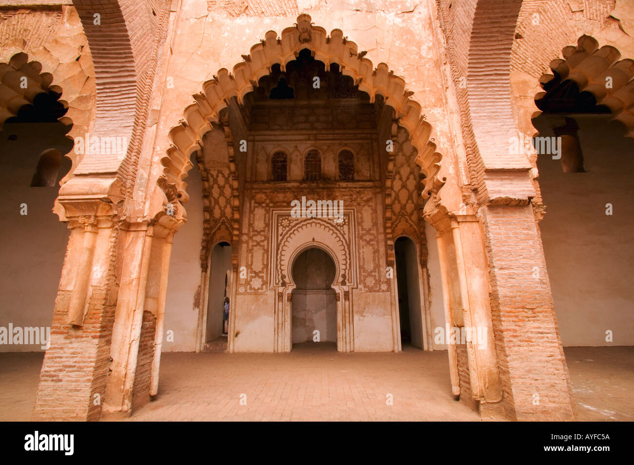 Intérieur de la mosquée de Tin mal décorées de couleur rose et montrant ses arcades construit 1156 en l'honneur de Mohammed ibn Tumart Maroc Photo Stock