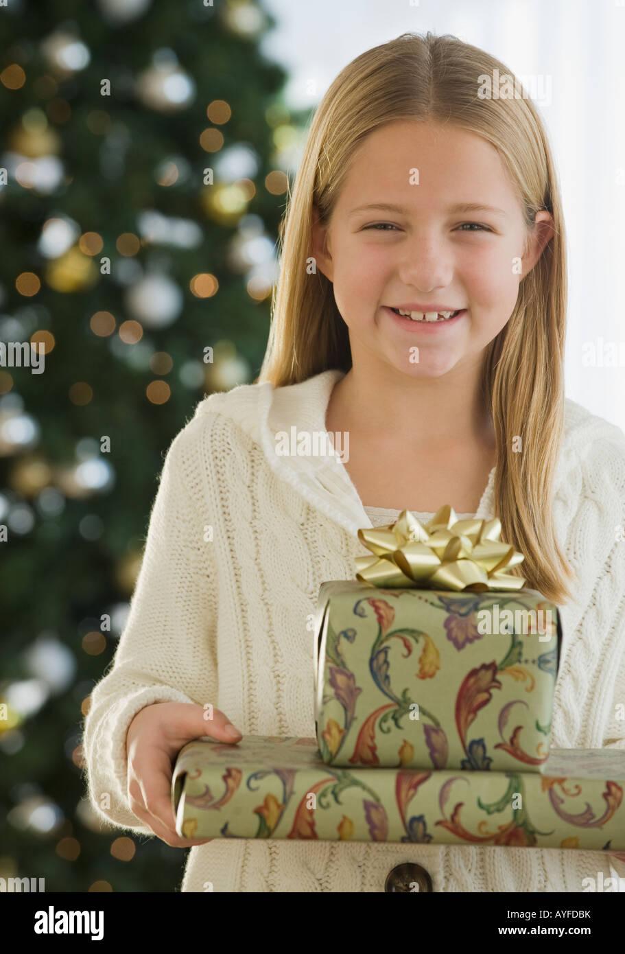 Girl holding pile de cadeaux de Noël Banque D'Images