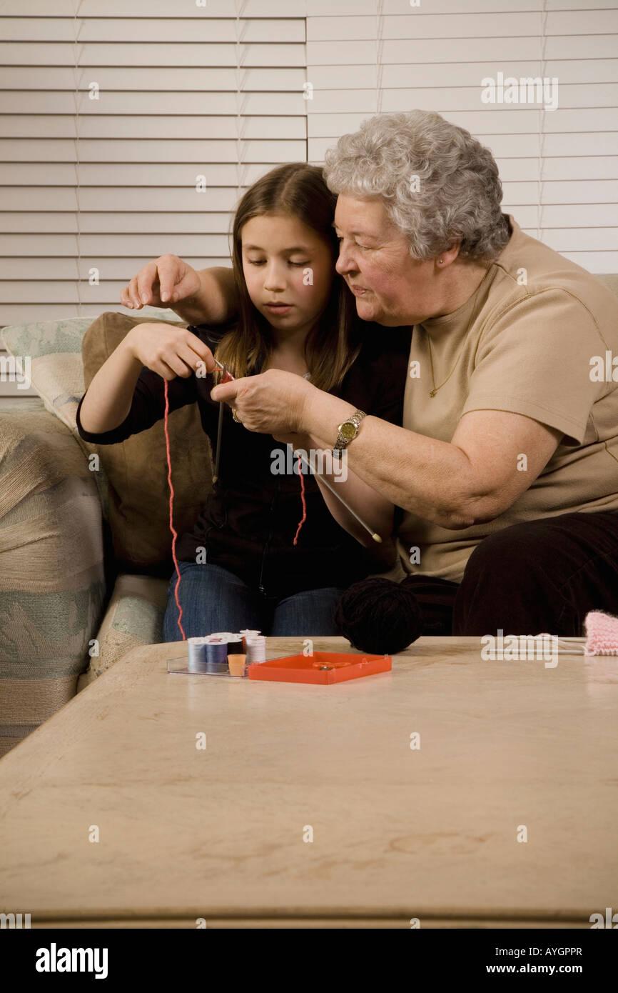 Grand-mère et petite-fille knitting Photo Stock