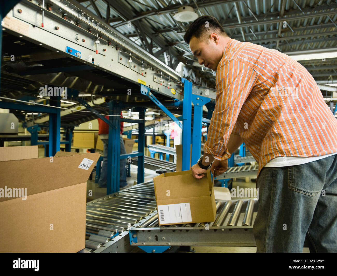 Asian male factory worker checking product Banque D'Images