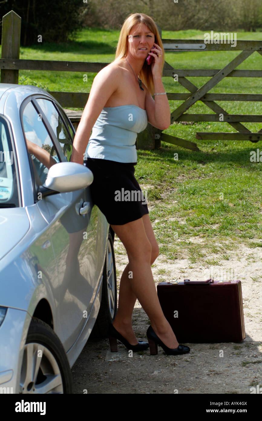 Entreprise Sur Jupe Woman À L Courte Une S'appuie Voiture Mature Yb7fv6gIy