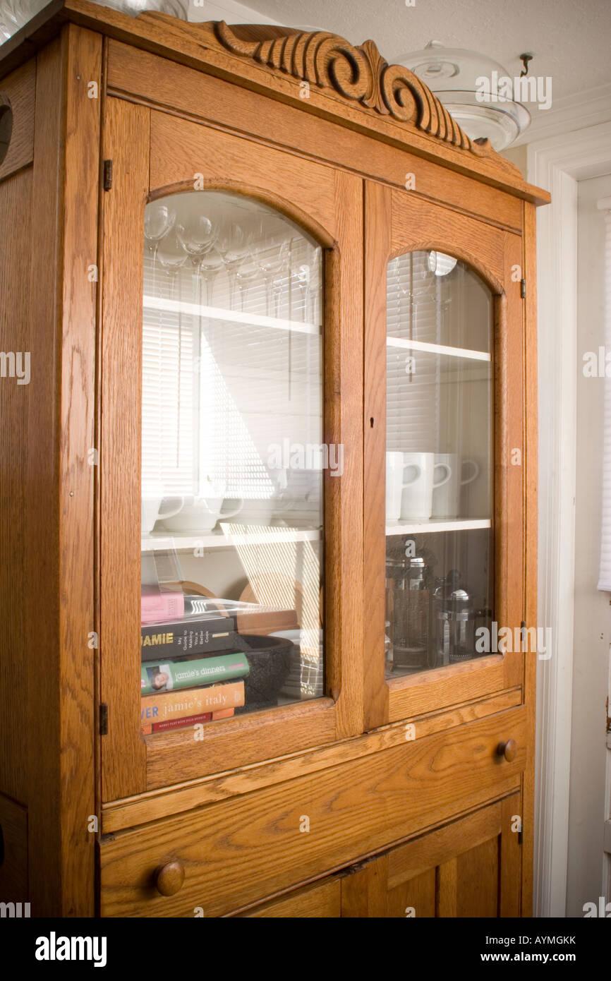 Armoire antique avec contemprary les articles de cuisine Photo Stock
