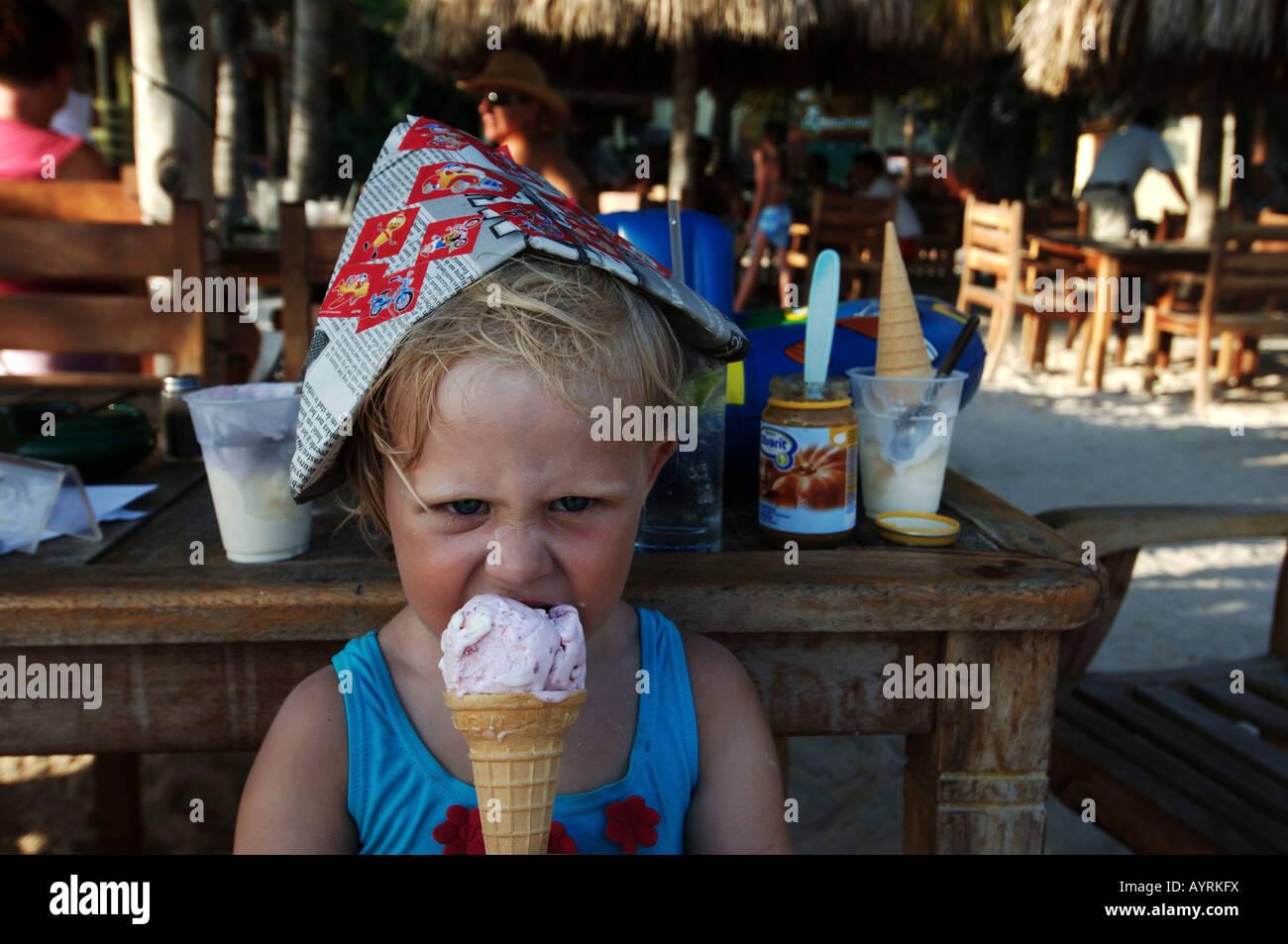 Trois ans, bénéficiant d'une icecream en vacances Banque D'Images