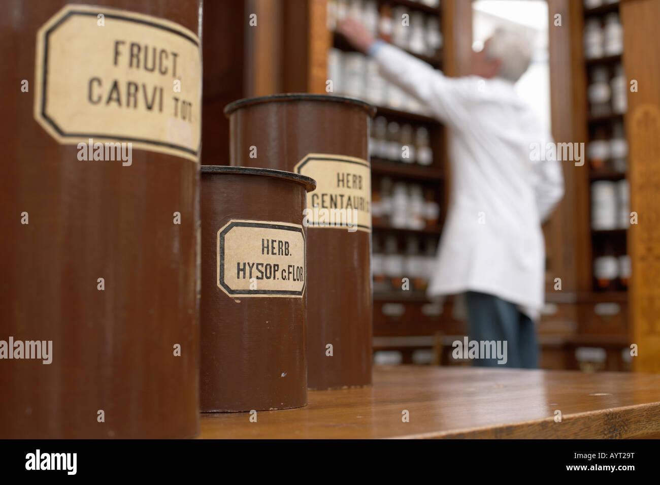 Conteneurs pour plusieurs plantes médicinales, pharmacien en arrière-plan Photo Stock