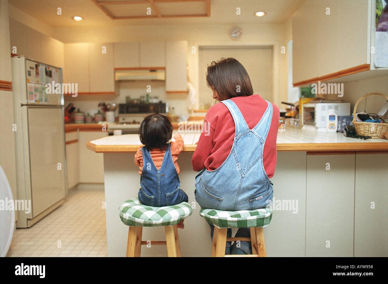 Mère et une petite fille dans la cuisine Banque D'Images