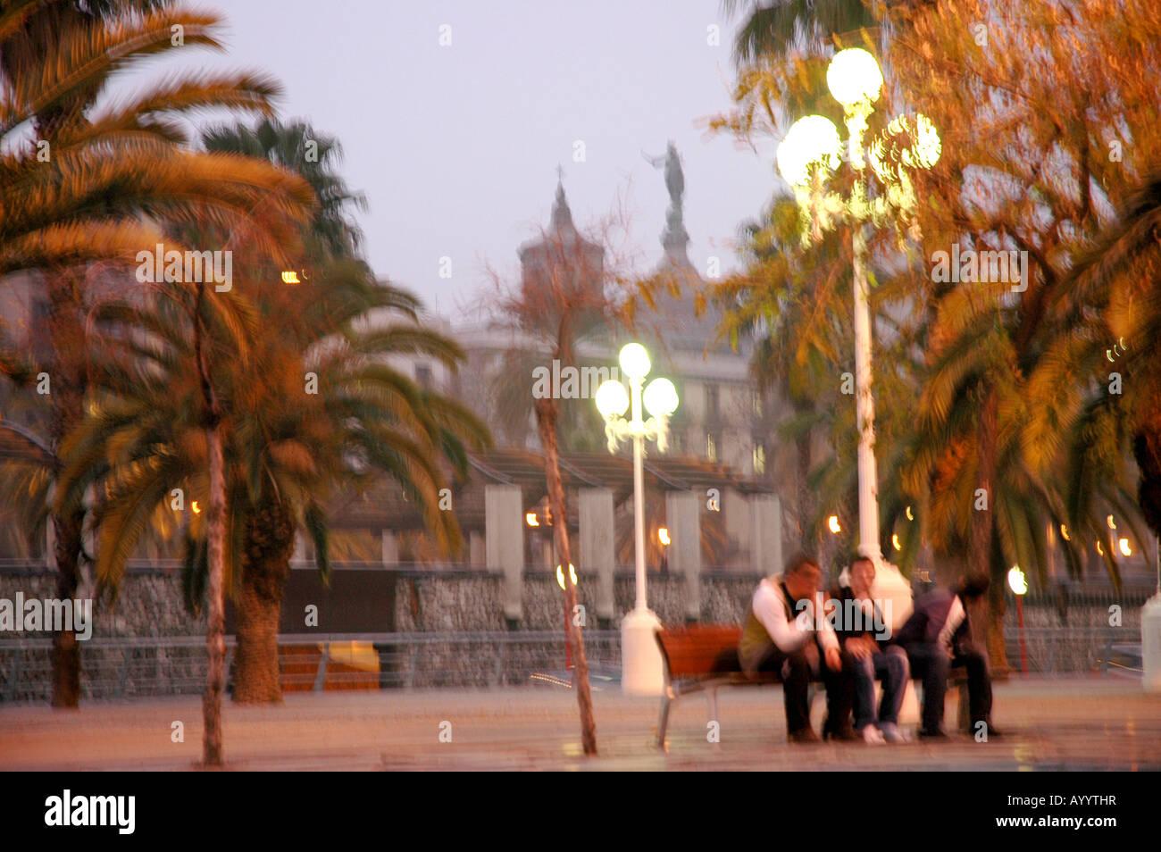 Barcelone en soirée Abends lumière tungstène Kunstlicht ville urbain ville Stadt ville ville port Photo Stock