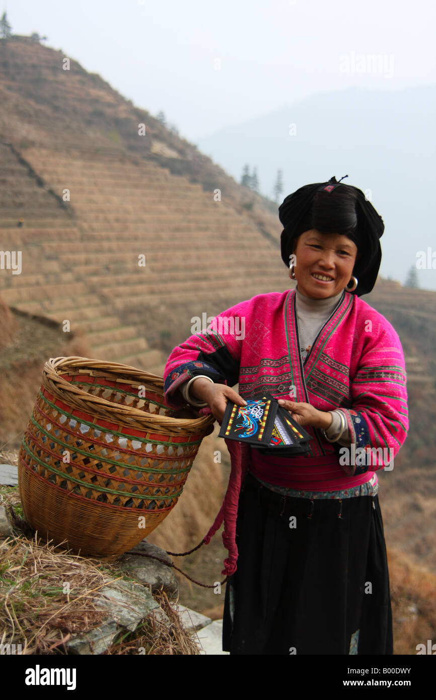 Yao femme avec panier de marchandises brodé en vente à Pingan Longji terrasses de riz, village, Longsheng Photo Stock