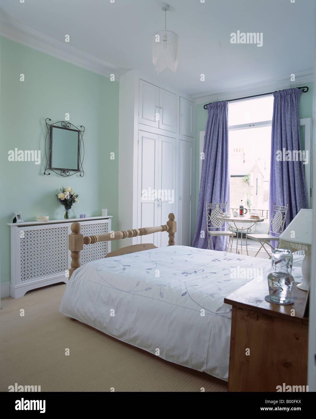 couette blanche sur lit dans chambre avec vert pastel ajour couvercle de radiateur et d 39 une. Black Bedroom Furniture Sets. Home Design Ideas