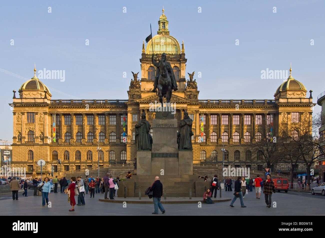 La place Venceslas, le monument et les touristes en face du bâtiment principal du Musée National de Prague. Photo Stock