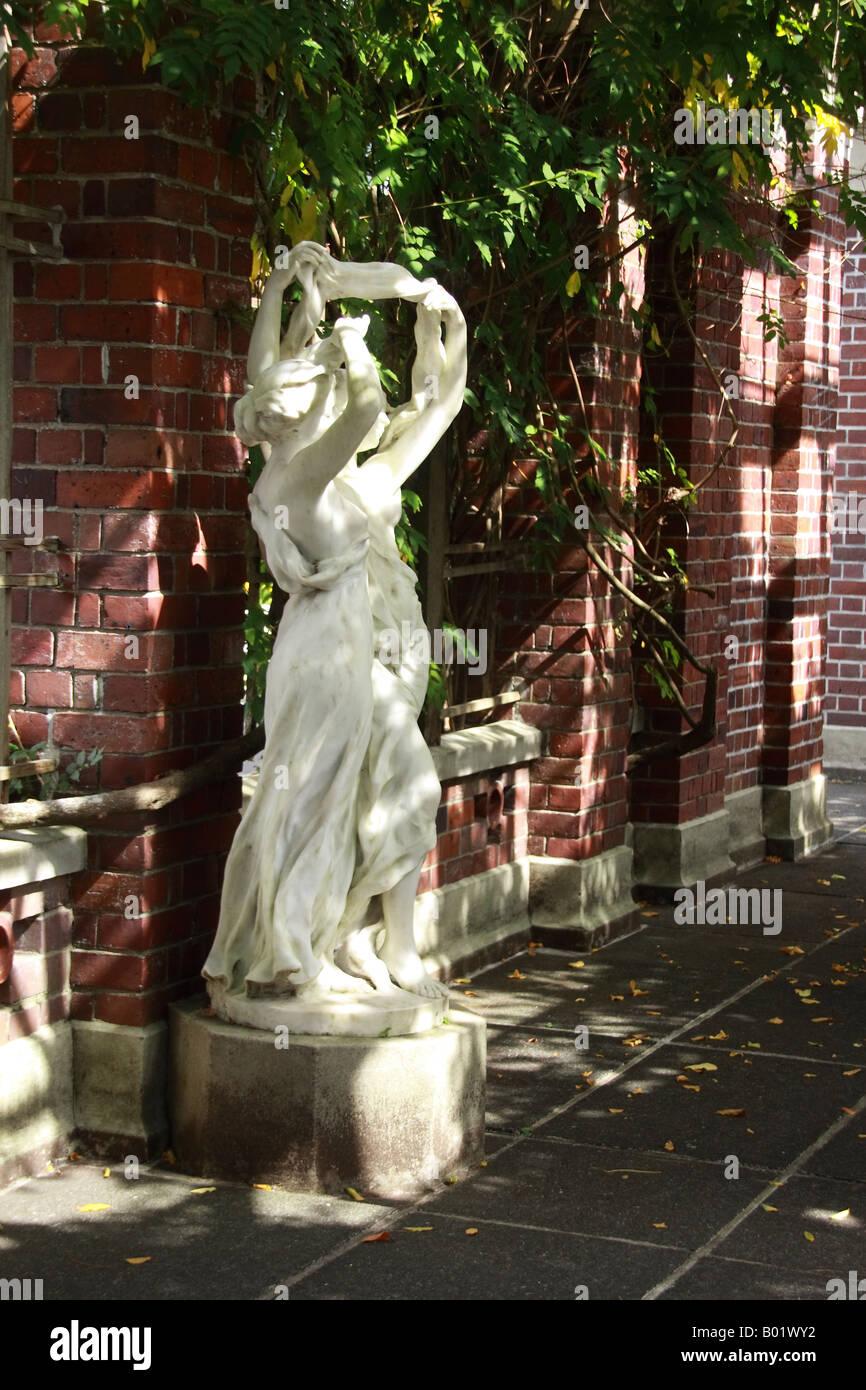 Intéressant la lumière et les ombres qui plane sur une statue ...