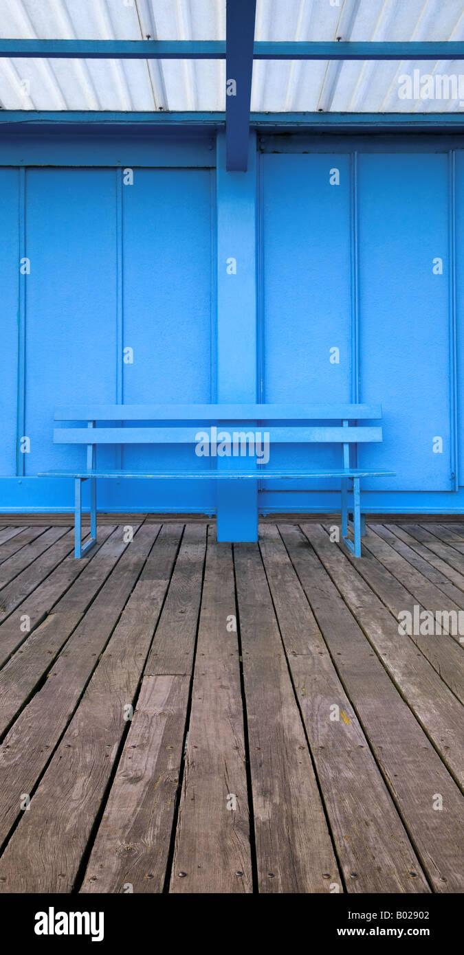 Image panoramique vertical d'un vide bleu banc sur decking en bois Photo Stock