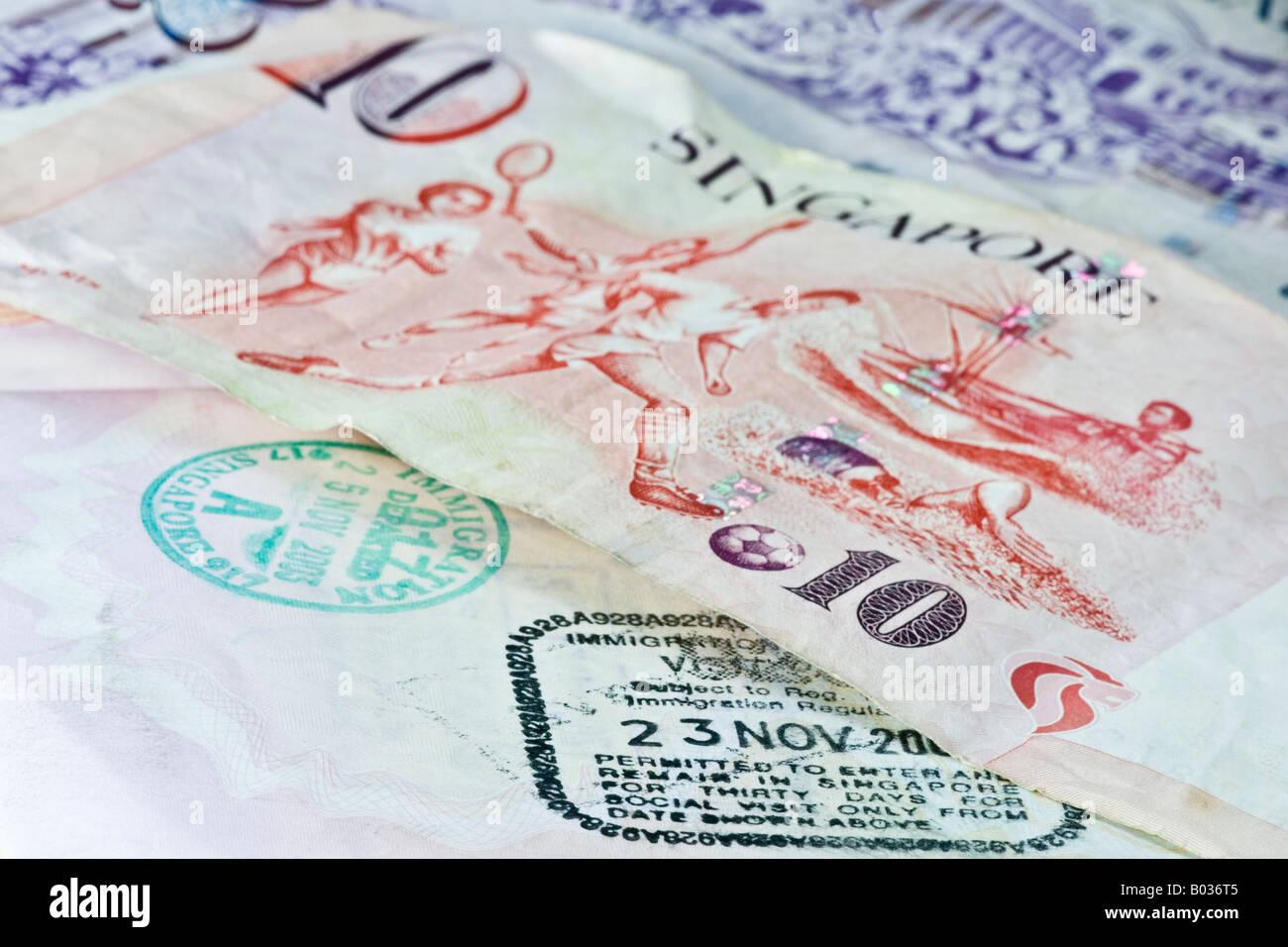 L immigration de singapour et de départ des timbres dans un bureau