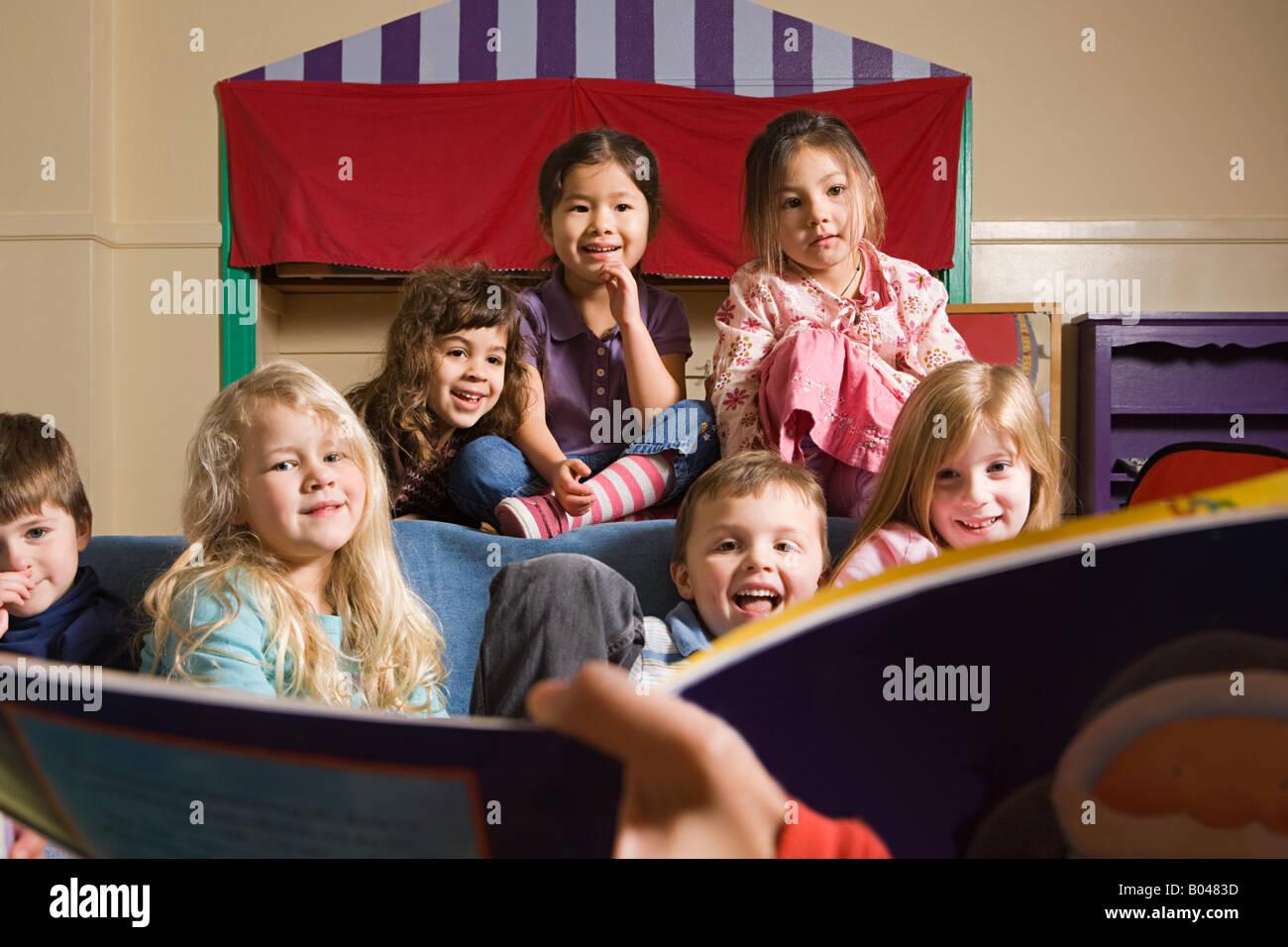 Un enseignant pour lui dire une histoire de classe Photo Stock