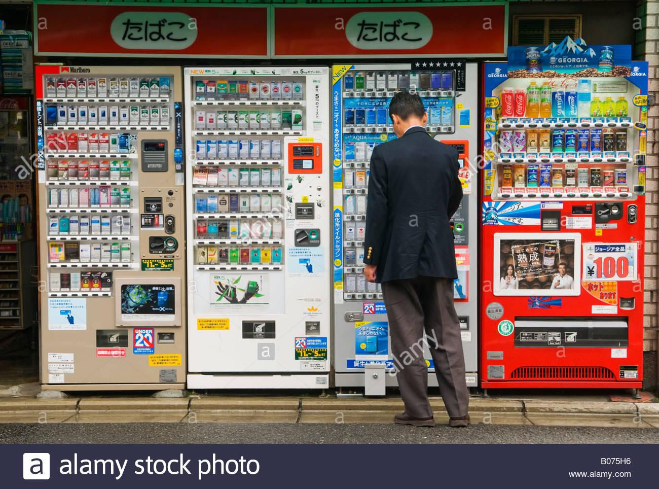 un homme acheter du tabac un distributeur automatique au japon banque d 39 images photo stock. Black Bedroom Furniture Sets. Home Design Ideas