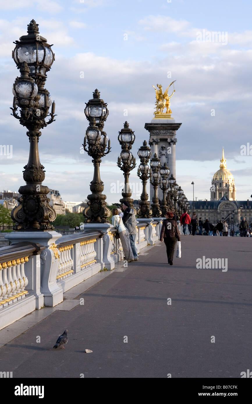 Pont Alexandre III pont avec l'Hôtel des Invalides dans l'arrière-plan Paris, France Banque D'Images