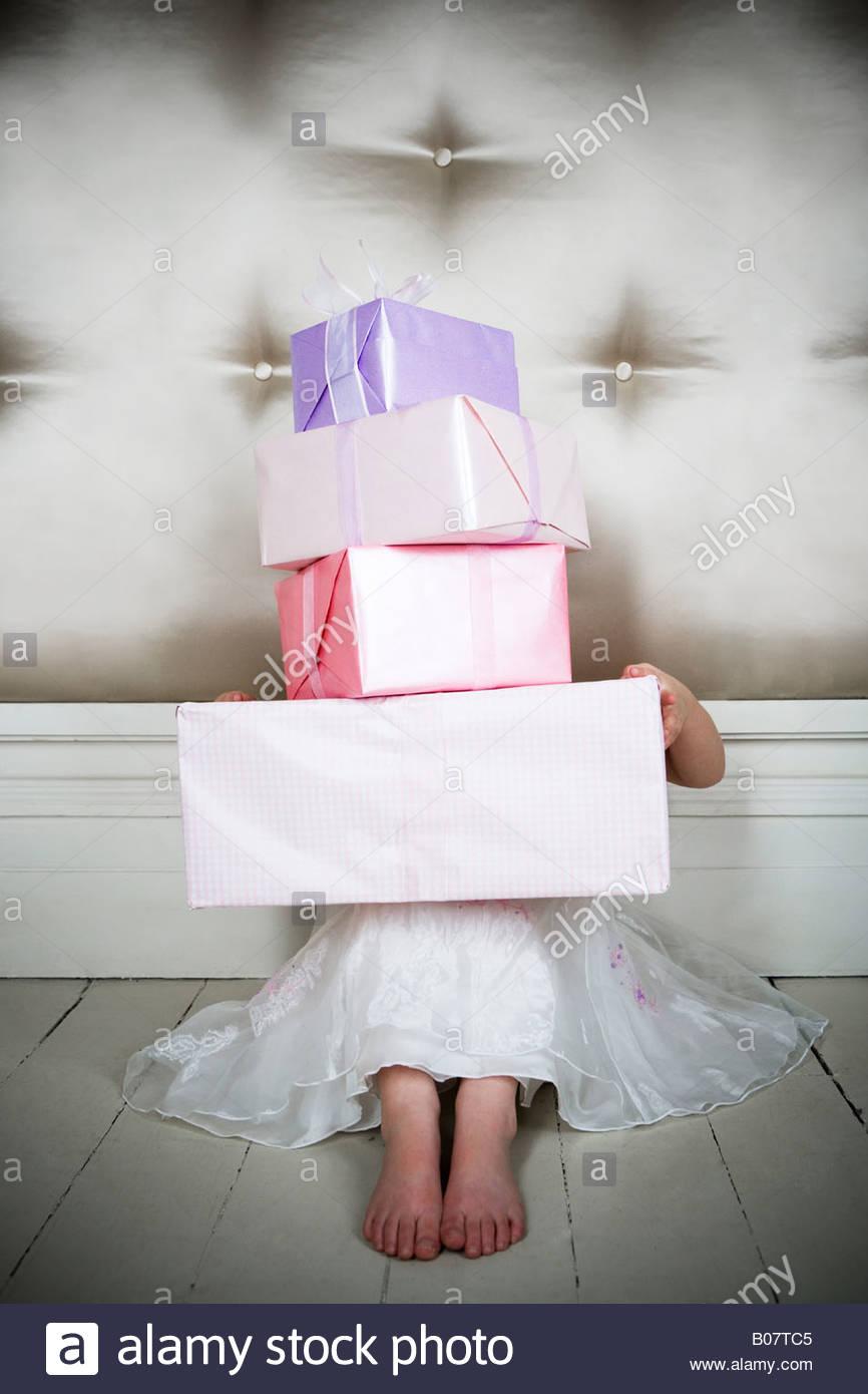 Petite fille avec des cadeaux d'anniversaire Photo Stock