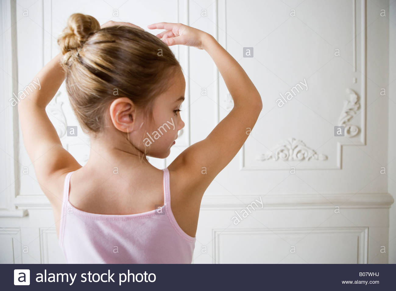 Jeune fille effectuant un mouvement de ballet Photo Stock