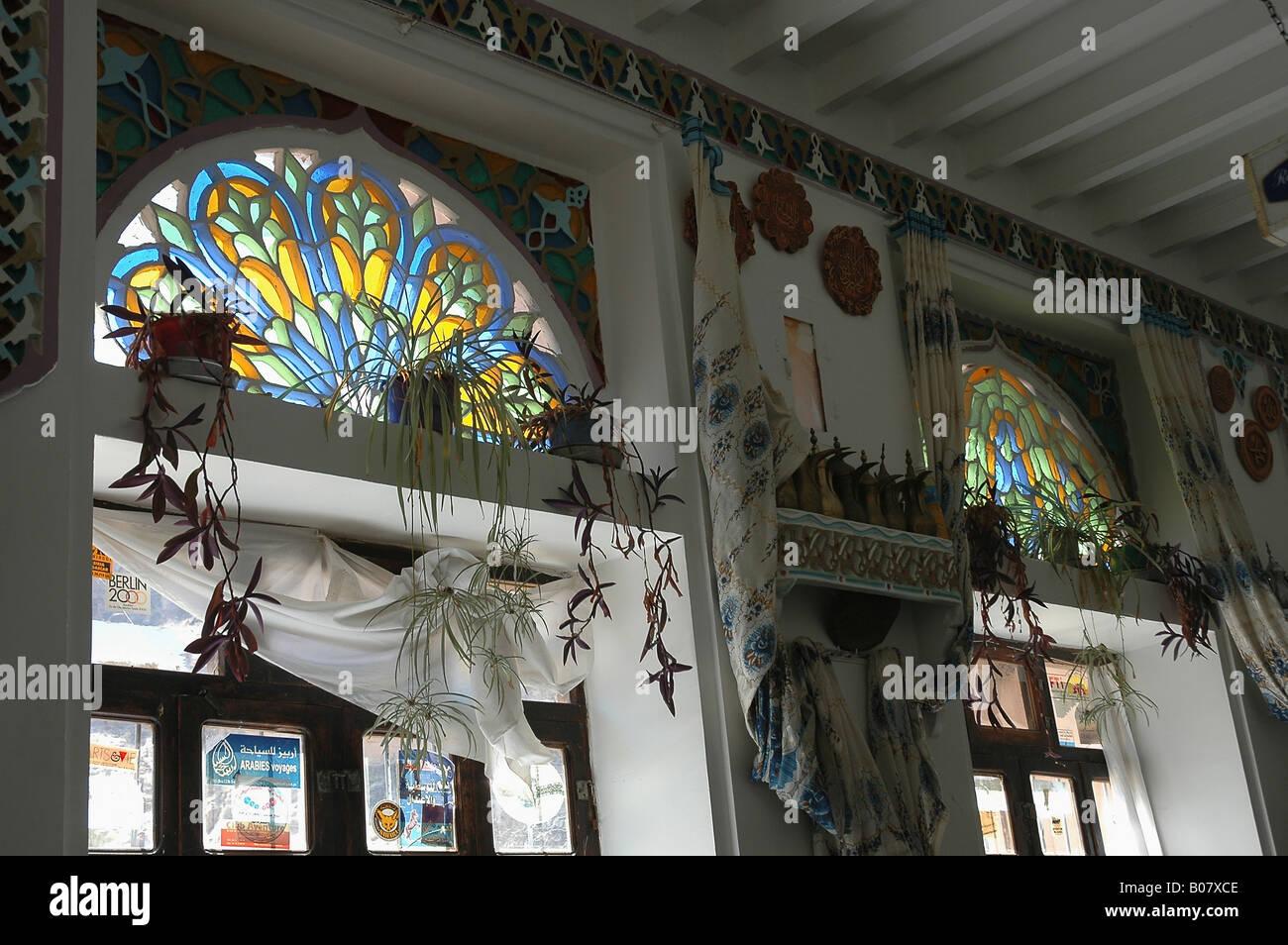 Jolie fenêtre les impostes ornent la salle à manger de style mafraj du populaire Hamida Tourist Hotel Photo Stock