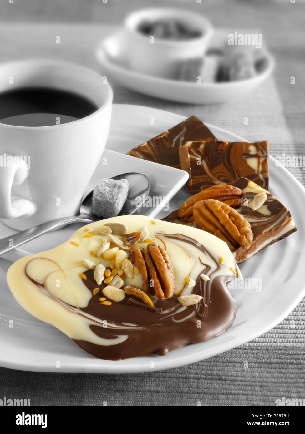 Des tourbillons au chocolat recette: marbré de chocolat au lait et blanc swirls Photo Stock