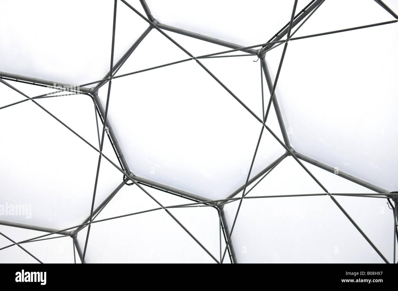 Des structures en fer de l'Eden Project toit biome à Cornwall en Angleterre Banque D'Images