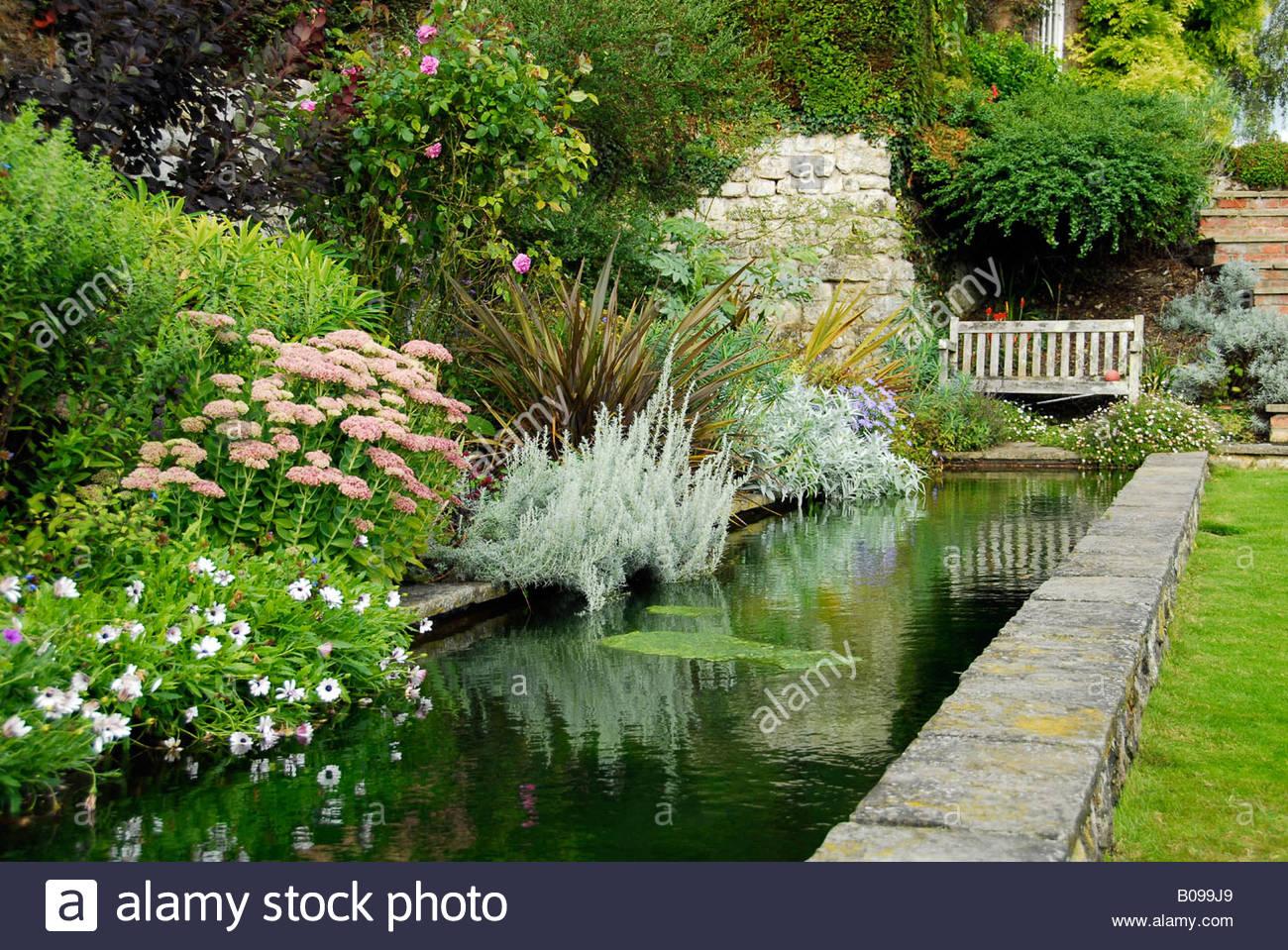 un jardin anglais avec bassin dornement