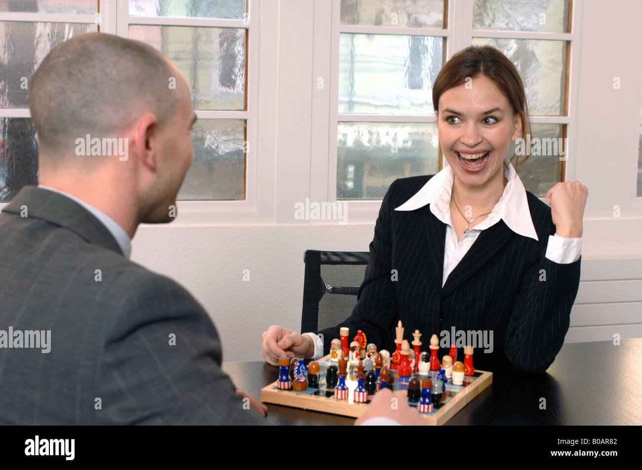 Les personnes jouant aux échecs Banque D'Images