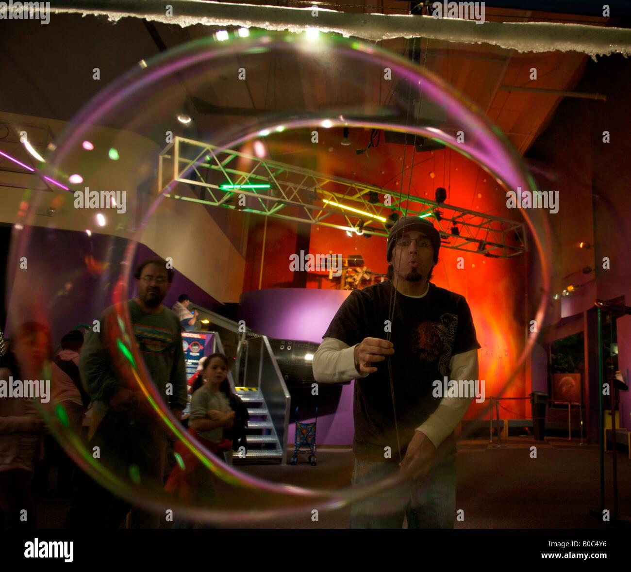 Man blowing une grande bulle de savon à la Pacific Science Center, Seattle, Washington, United States, Amérique Photo Stock