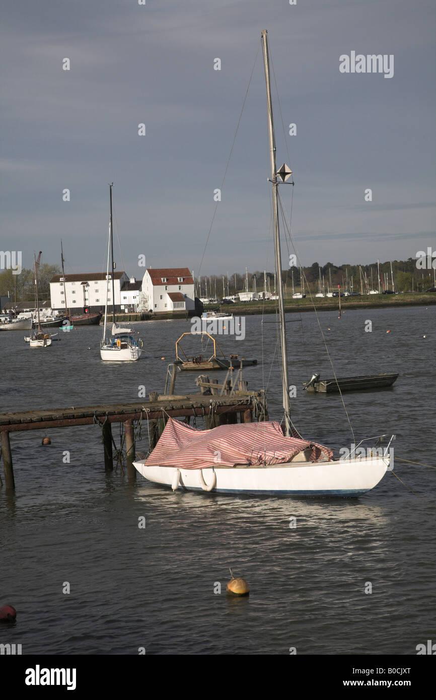 Bateau et moulin à marée River Deben, Woodbridge, Suffolk. L'Angleterre Banque D'Images