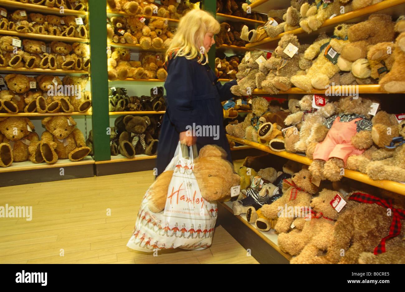 724d4900627da Juste avant Noël, jeune fille d'environ 7 ans pour les ours en peluche dans  les magasins Hamleys, le célèbre magasin de jouets à Londres