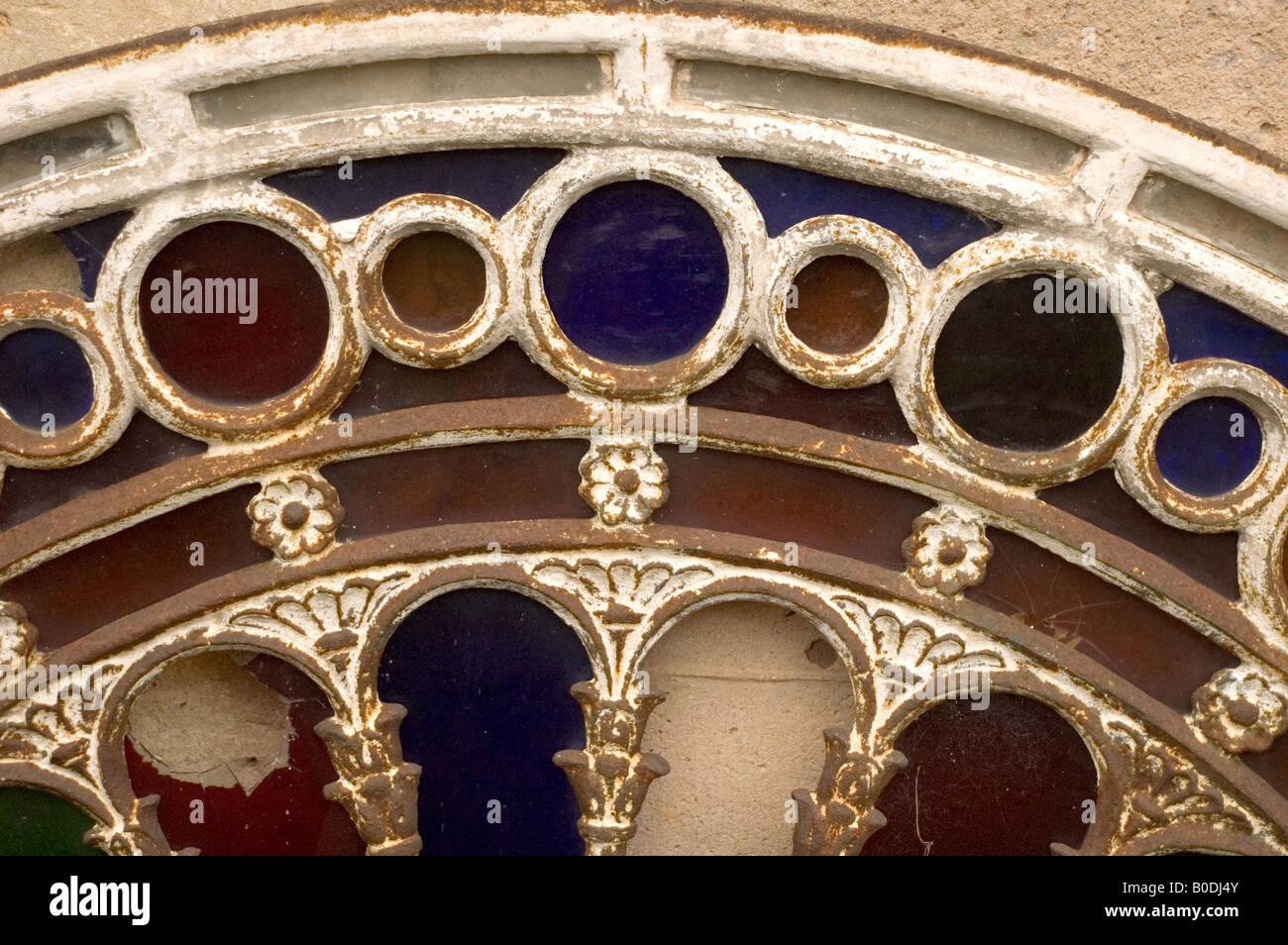 Close up de vitraux mis au rebut d'un bâtiment Banque D'Images
