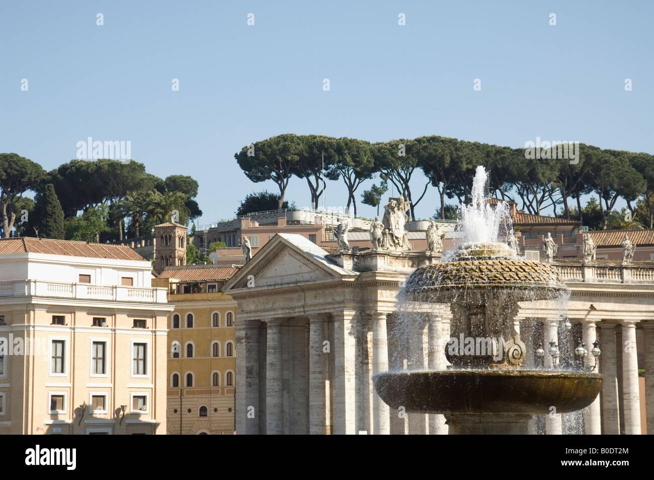 Vue depuis la Place St Pierre à Rome Retour à la colline au-dessus de Banque D'Images