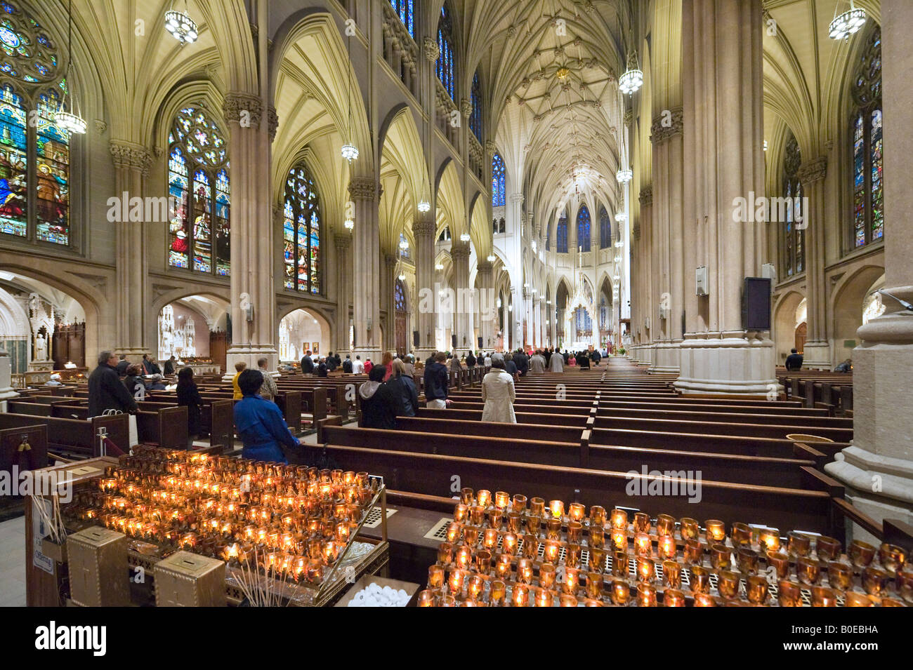 Célébration de la Messe dans la Cathédrale St Patrick, 5ème Avenue, Manhattan, New York City Banque D'Images