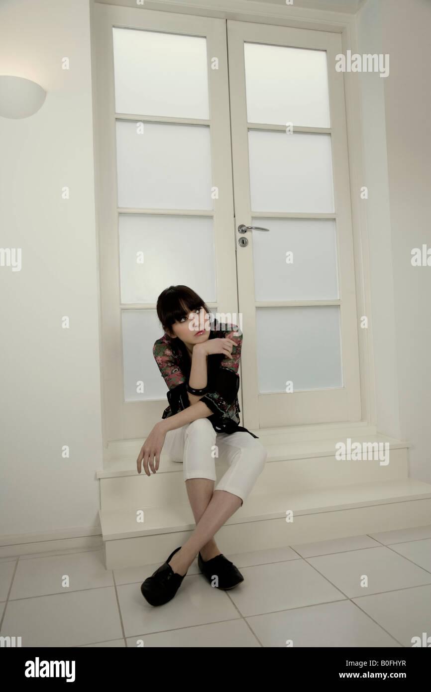 Portrait d'une femme assise sur une étape Photo Stock