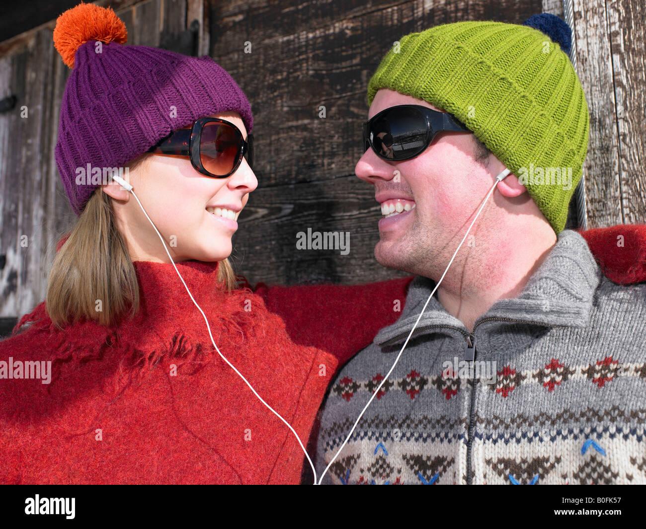 Couple d'écouter de la musique au chalet Photo Stock