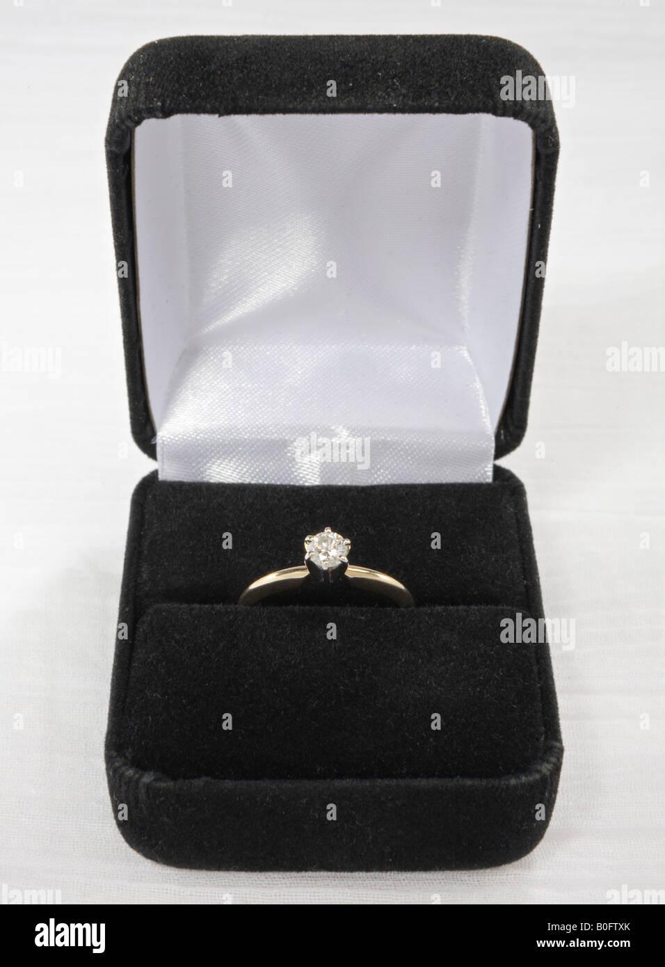 Bague Solitaire diamant à la case Photo Stock