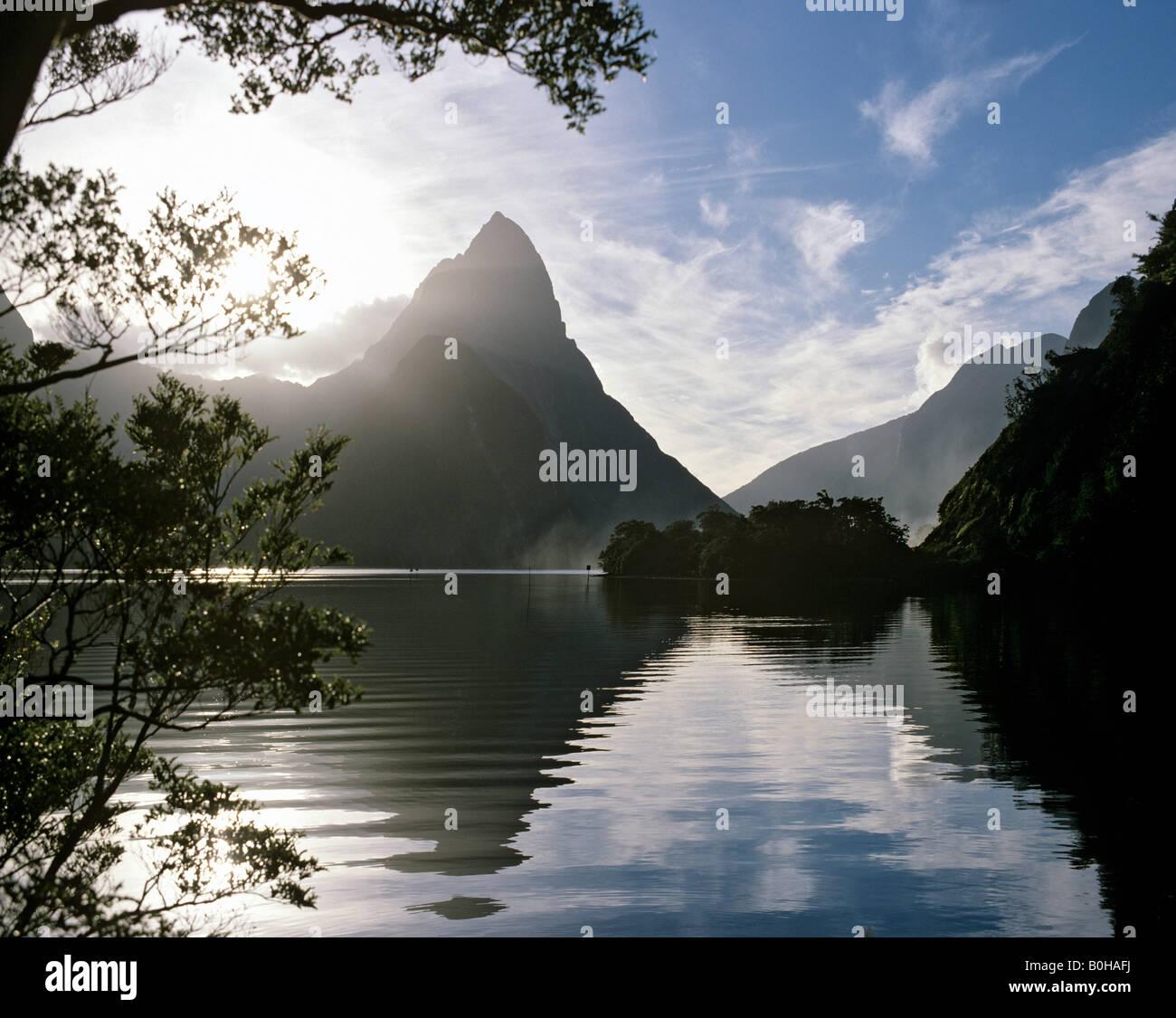 Mitre Peak, Milford Sound, fjord, Parc National, l'île du Sud, Nouvelle-Zélande Photo Stock