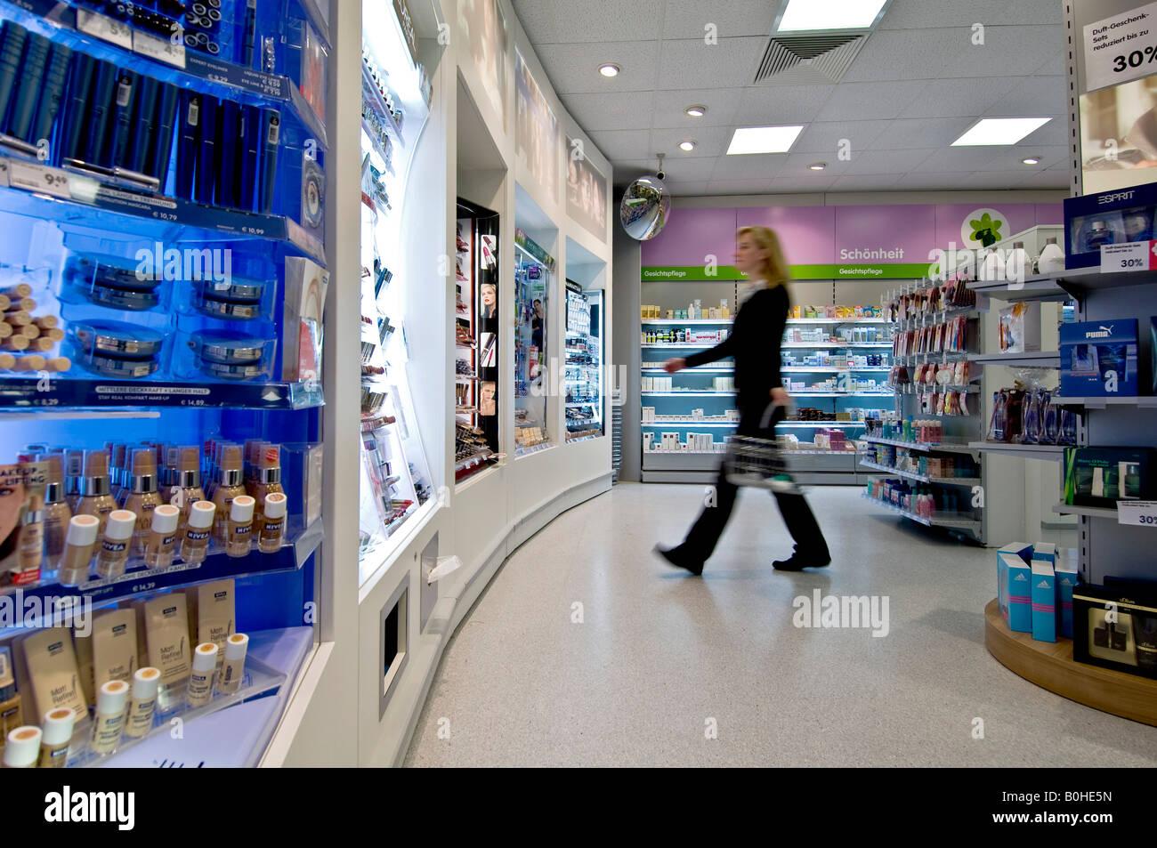 La clientèle féminine en passant devant des étagères dans une pharmacie, la  pharmacie, l 5414d8495ae5