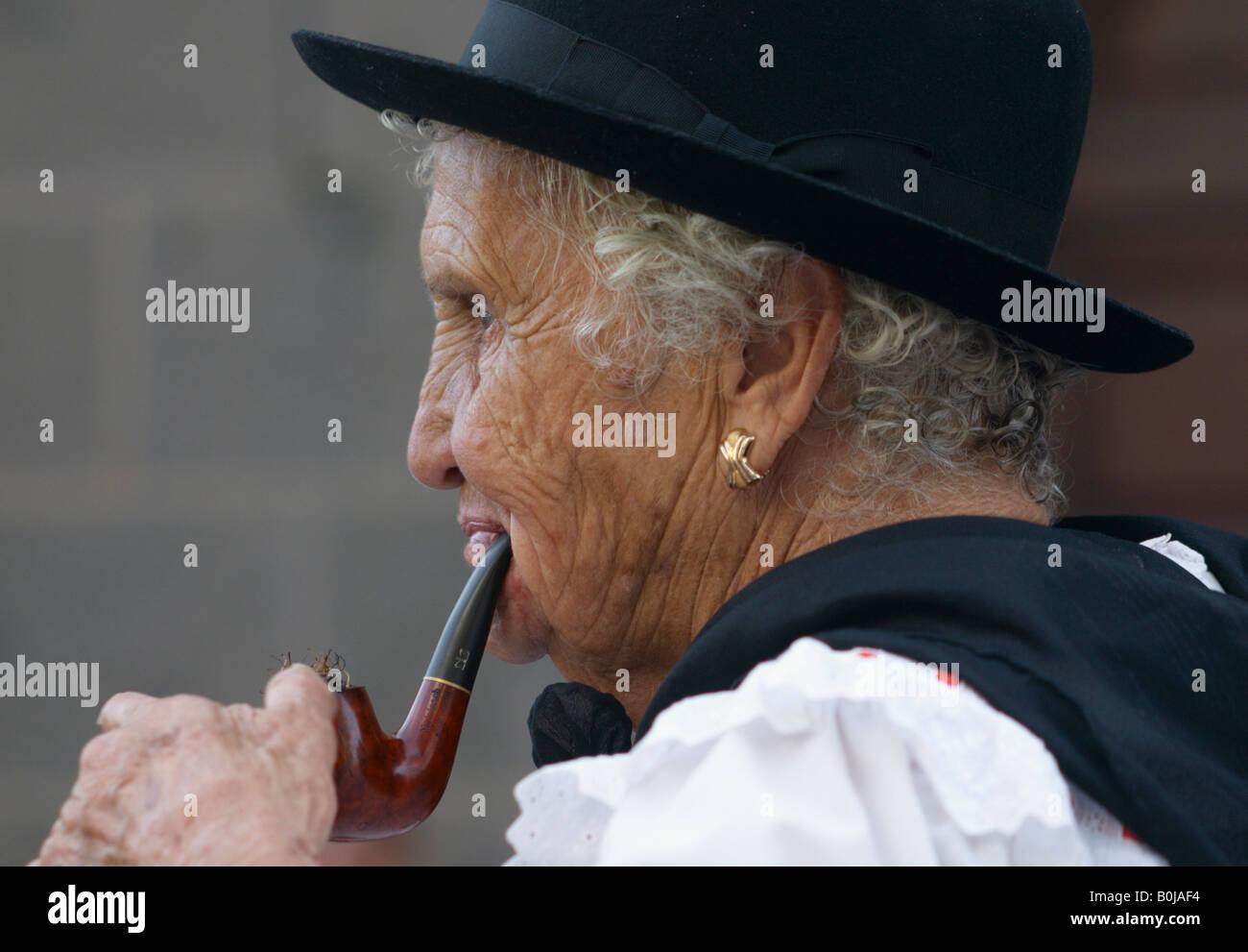Vieille dame pipes
