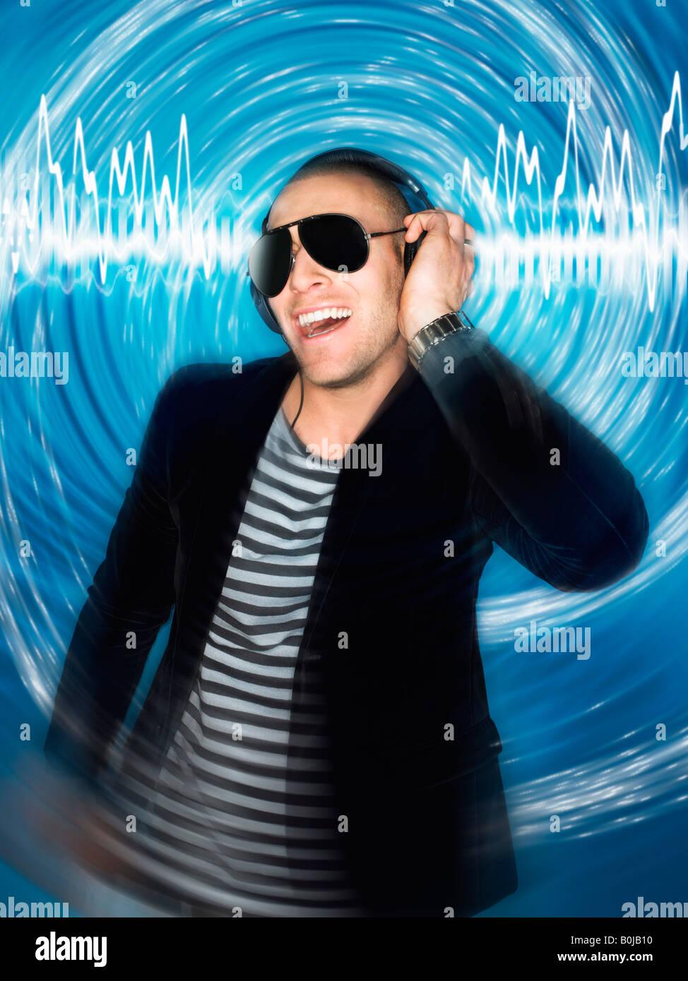 Homme portant des écouteurs à l'avant de l'effet circulaire, demi-longueur Photo Stock