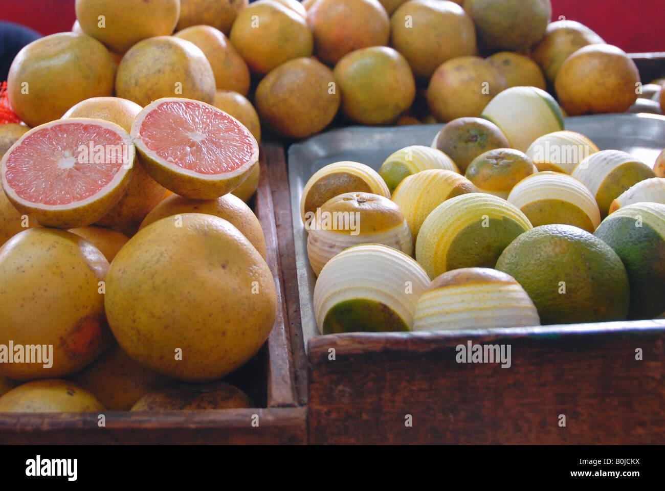 Les pamplemousses et les citrons frais sur la vente à un marché intérieur Photo Stock