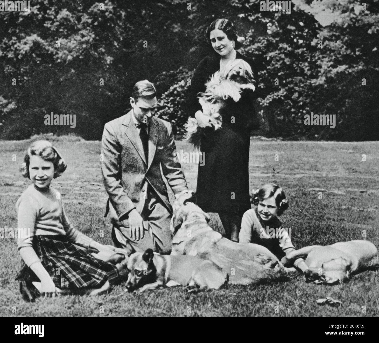 La famille royale comme un heureux groupe d'amoureux de chien, 1937. Artiste: Michael Chance Photo Stock