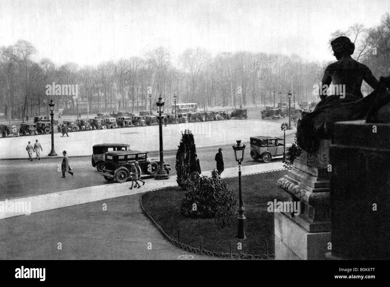 Le Rond Point et la Place Georges Clemenceau, Paris, 1931. Artiste: Ernest Flammarion Photo Stock