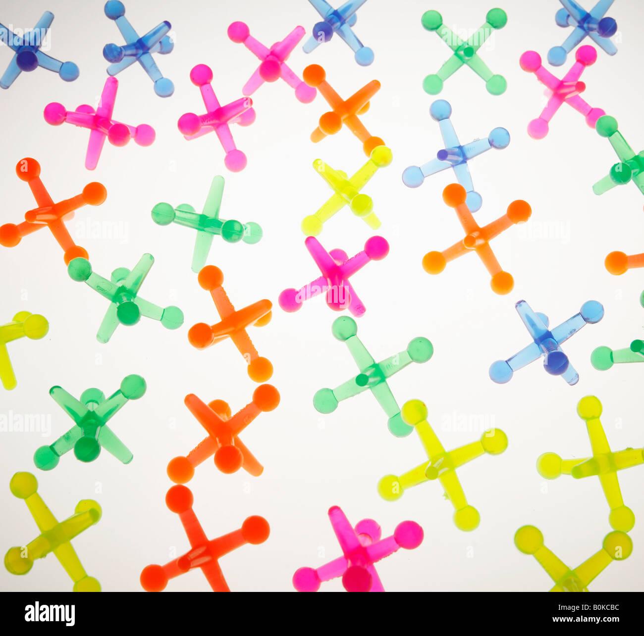 Les objets en plastique en forme de croix colorées Banque D'Images