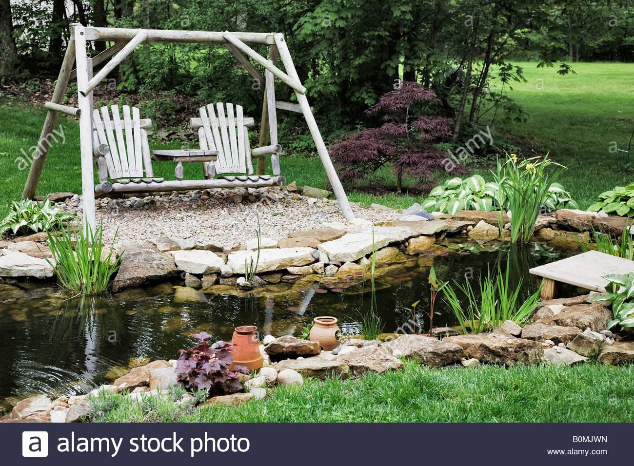 Balançoire en bois par les jardins d'eau Photo Stock