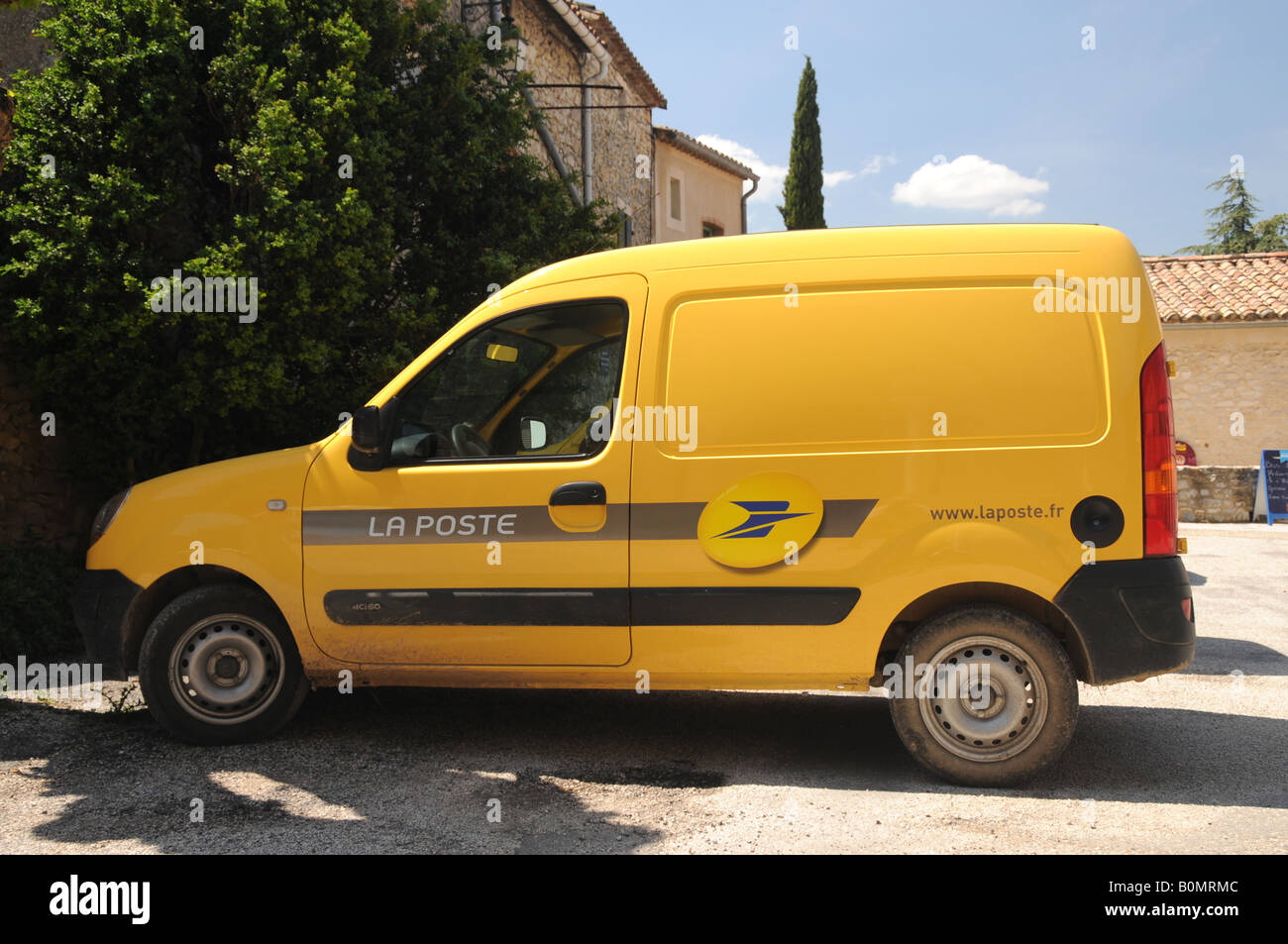la poste jaune camion de livraison une partie du service postal fran ais banque d 39 images photo. Black Bedroom Furniture Sets. Home Design Ideas