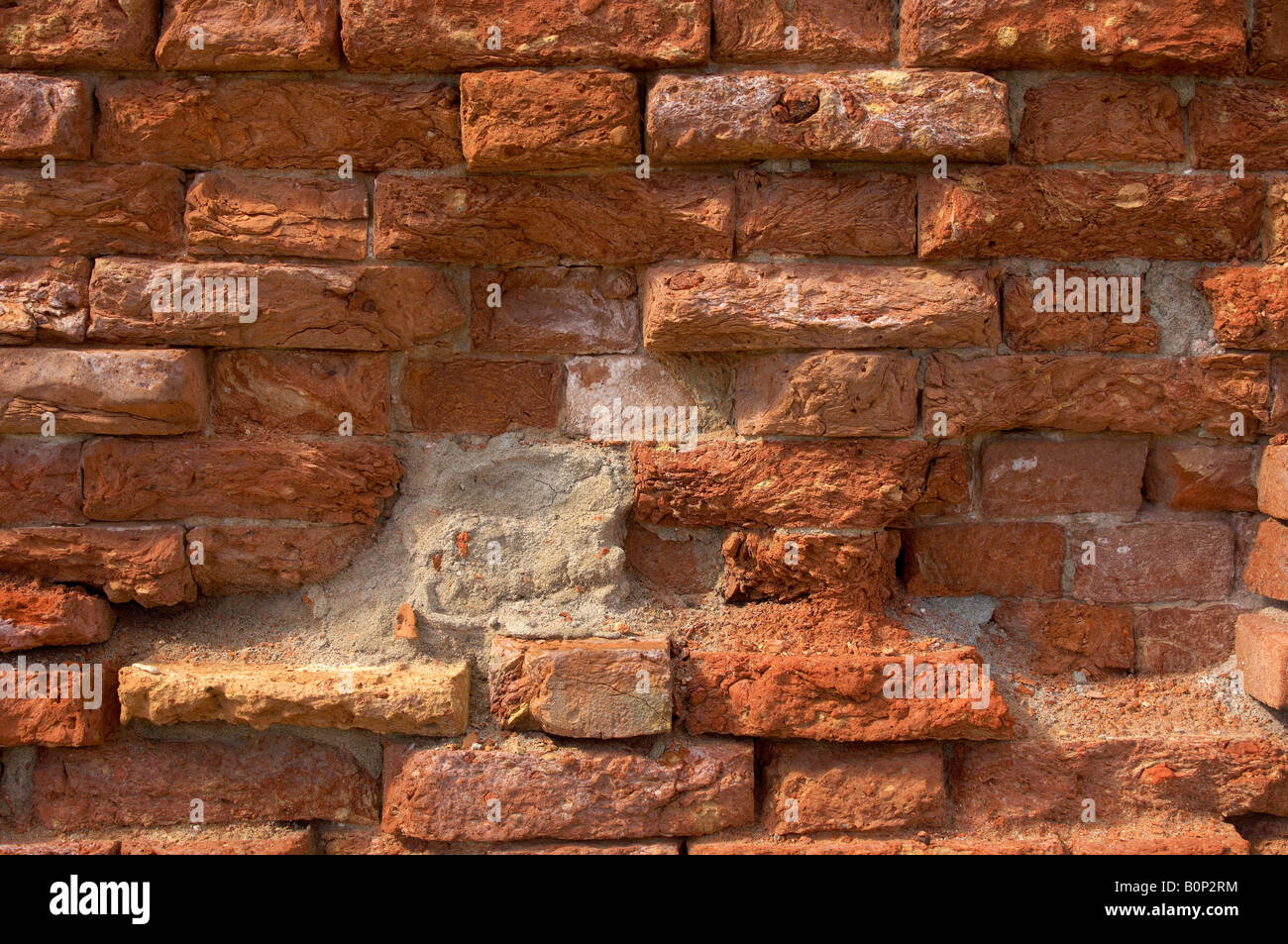 Vieux vénitien mur de briques avec mortier rouge chute Photo Stock