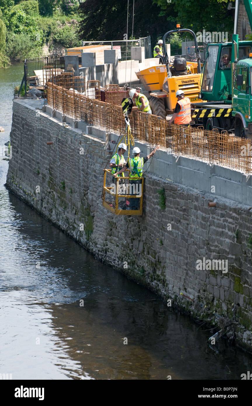 La réparation de mur de défense contre les inondations du fleuve et, Hereford Banque D'Images