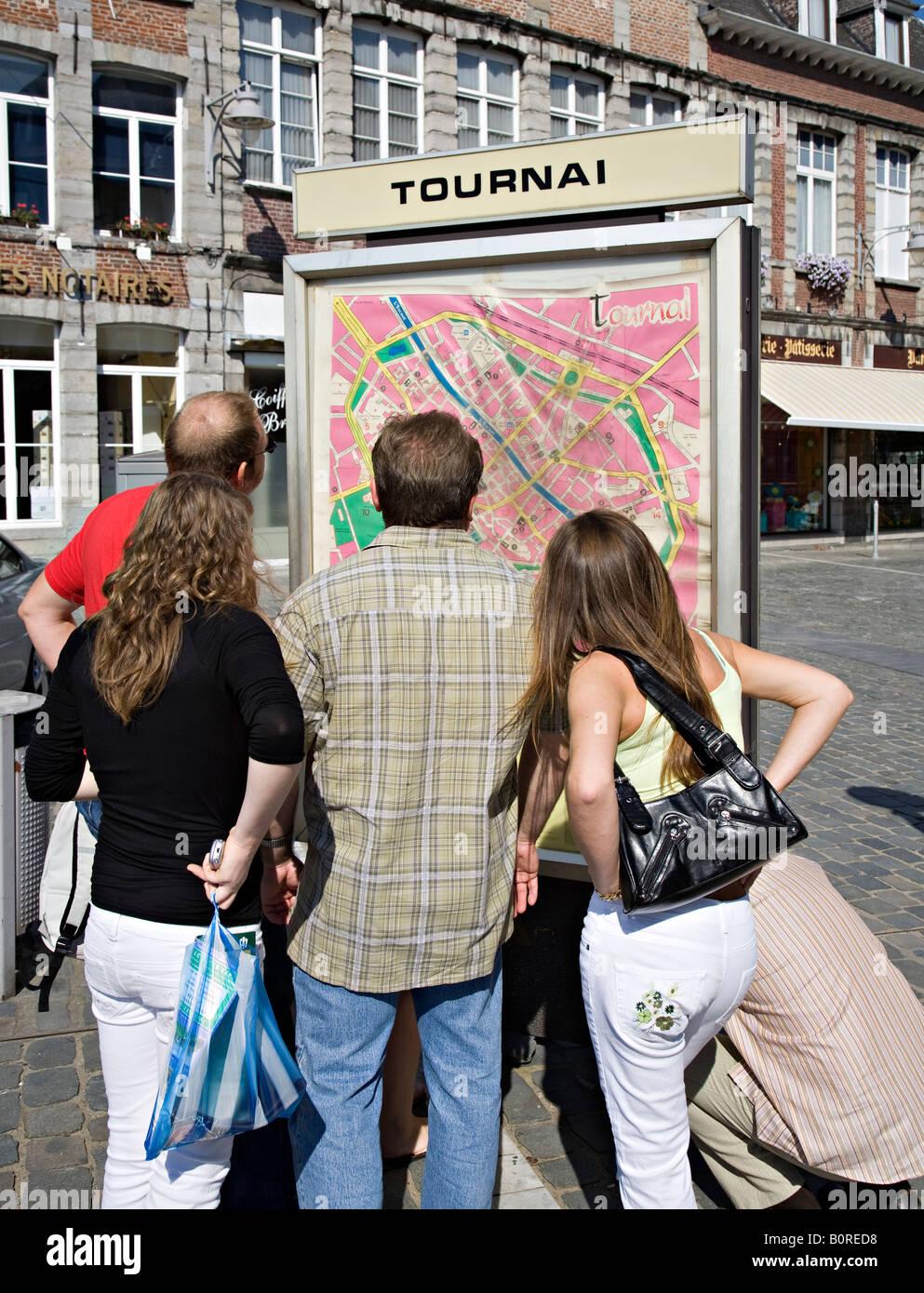 Les gens se rassemblaient autour de plan de la ville Tournai Belgique Photo Stock